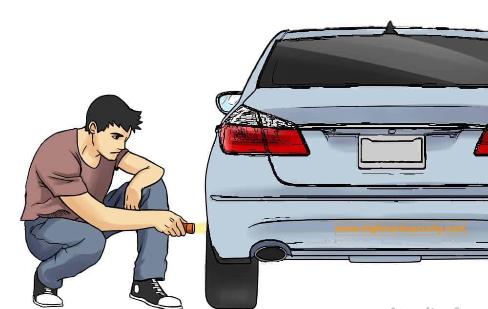 Dùng đèn pin dò tìm GPS thân xe ô tô